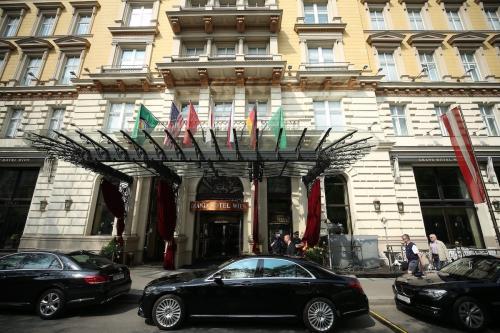 """Carros oficiais são vistos do fora do Grand Hotel Wien após uma sessão de reunião do Plano de Ação Global Conjunto (JCPOA) sobre """"negociações nucleares com o Irã"""" em Viena, Áustria, em 01 de maio de 2021. (Aşkın Kıyağan - Agência Anadolu)"""