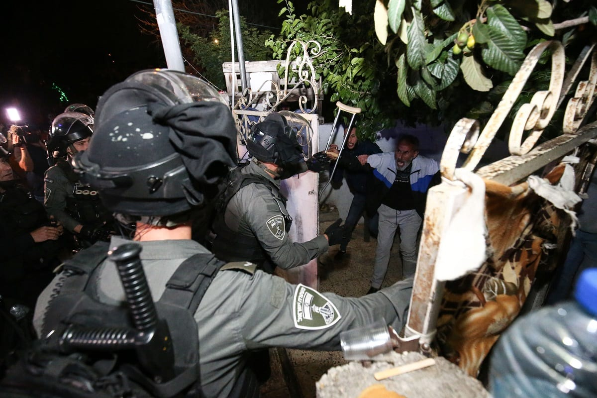 Forças israelenses invadem uma casa palestina e levam dois residentes em custódia, à medida que continuam protestos contra o plano da ocupação de expulsar famílias do bairro árabe de Sheikh Jarrah, para substituí-las por colonos ilegais, em Jerusalém Oriental, 6 de maio de 2021 [Mostafa Alkharouf/Agência Anadolu]