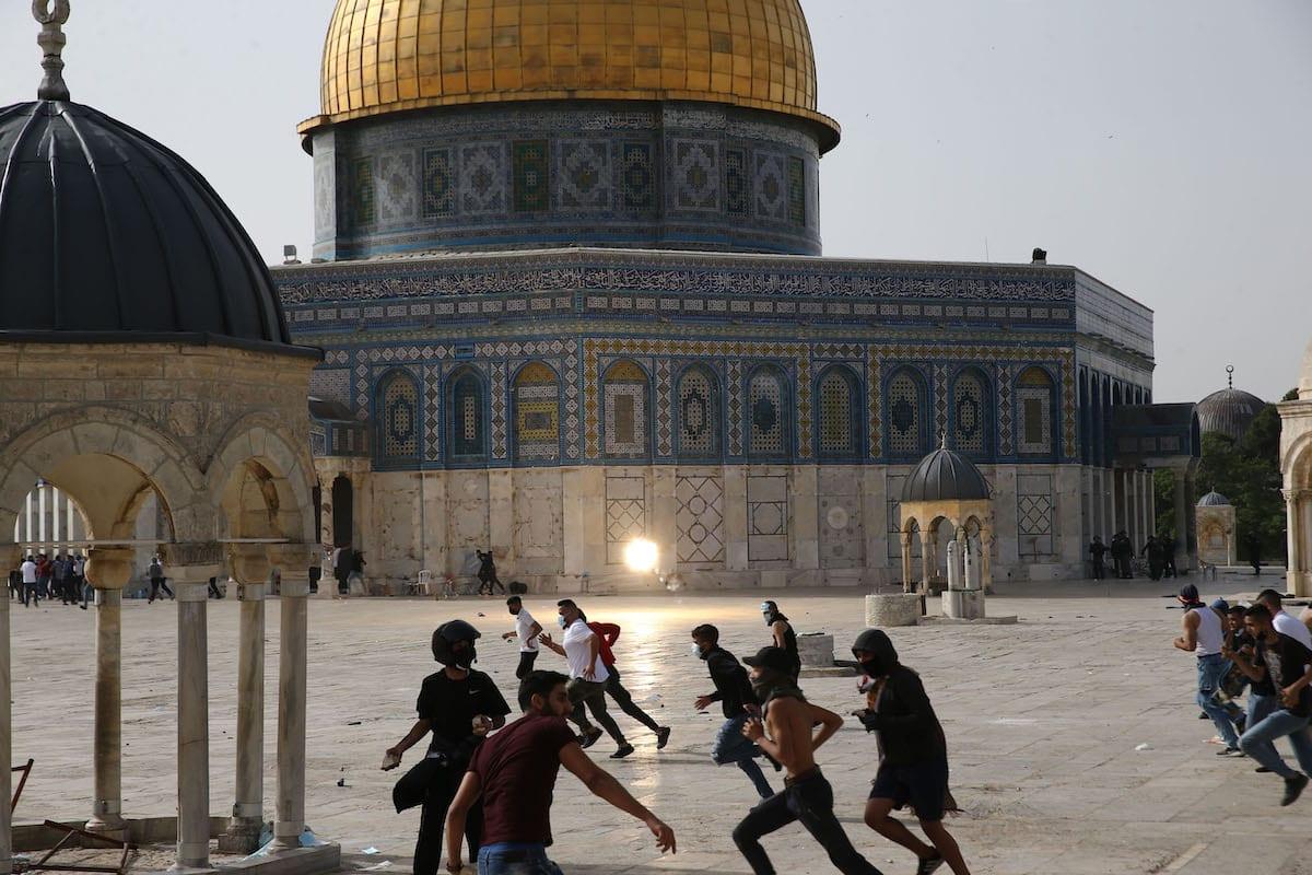 A polícia israelense intervém para expulsar palestinos que estavam de guarda para evitar judeus fanáticos atacam o complexo Masjid al-Aqsa, em Jerusalém Oriental em 10 de maio de 2021 [ Mostafa Alkharouf /Agência Anadolu]