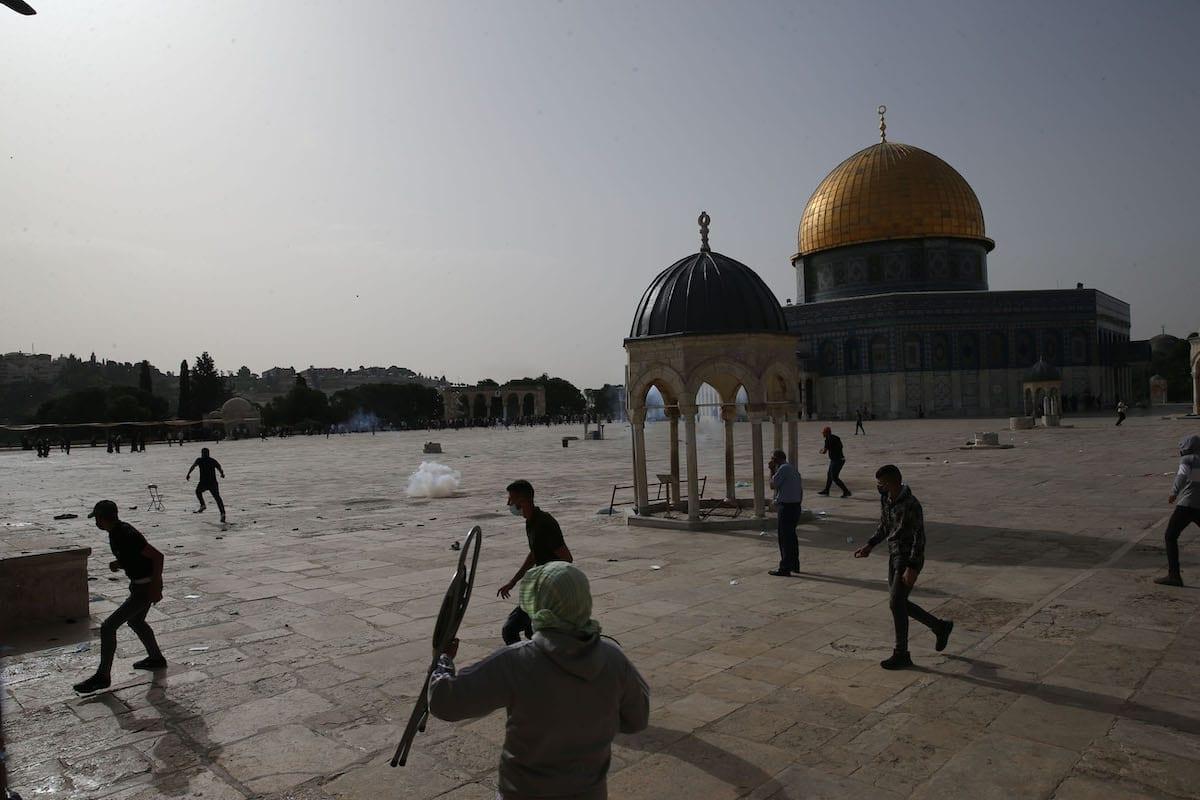 A polícia israelense expulsa palestinos que estavam de guarda para evitar ataques de judeus fanáticos ao complexo Masjid al-Aqsa, em Jerusalém Oriental em 10 de maio de 2021 [Agência Mostafa Alkharouf / Anadolu]