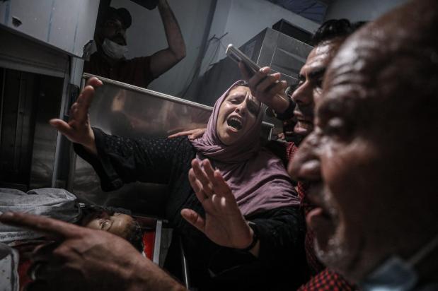 Mãe palestina chora por seus dois filhos mortos durante ataque de Israel à Faixa de Gaza. No Hospital Beit Hanoun, Cidade de Gaza, em 10 de maio de 2021.[Ali Jadallah/Agência Anadolu]