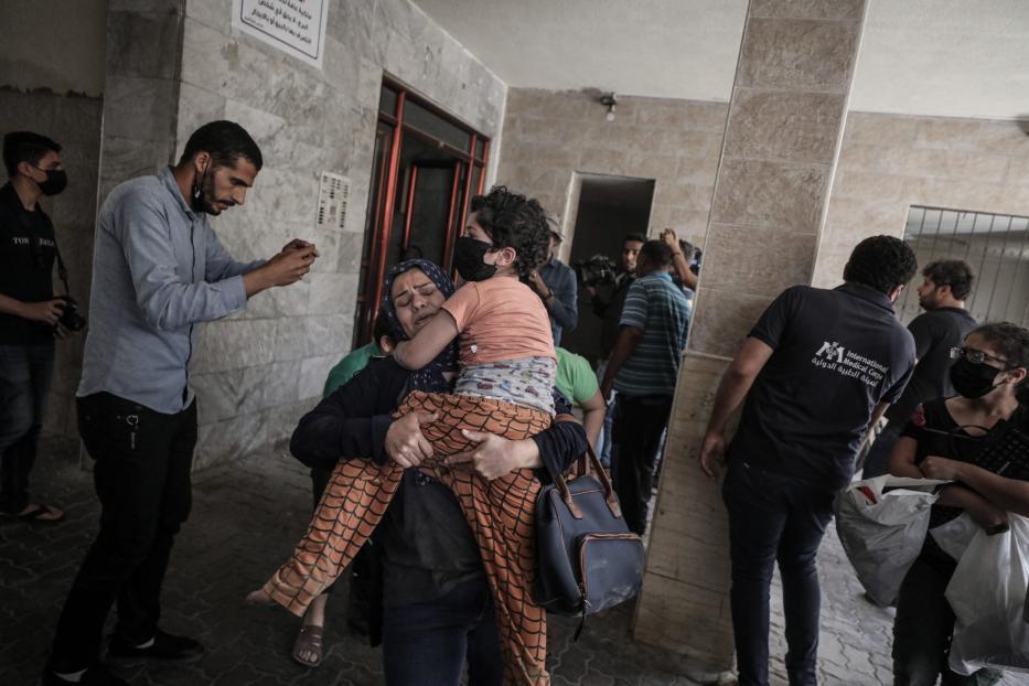 Palestinos evacuam edifício atacado por aviões de guerra israelenses, durante ofensiva contra várias partes da Faixa de Gaza sitiada, na Cidade de Gaza, 11 de maio de 2021 [Ali Jadallah/Agência Anadolu]