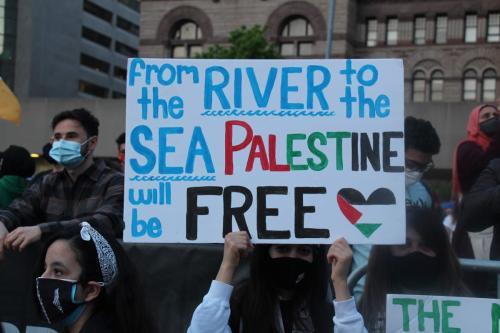 Participantes de uma manifestação em apoio aos palestinos e para protestar contra os ataques israelenses na Faixa de Gaza e em Jerusalém Oriental no 73º Dia da Nakba na Nathan Phillips Square em Toronto, Canadá em 15 de maio de 2021 [Seyit Aydoğan / Agência Anadolu]