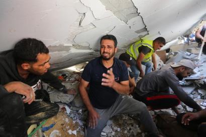 Trabalhos de busca e resgate são realizados depois que ataques aéreos do exército israelense atingiram prédios residenciais em Gaza, em 16 de maio de 2021 [Ashraf Amra/Agência Anadolu]
