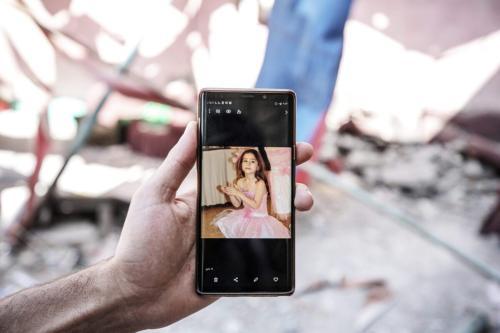 Membro da família Ebu Dayir inspeciona os danos deixados no quintal de sua casa após os bombardeios israelenses em Gaza, 29 de maio de 2021 [Ali Jadallah/Agência Anadolu]