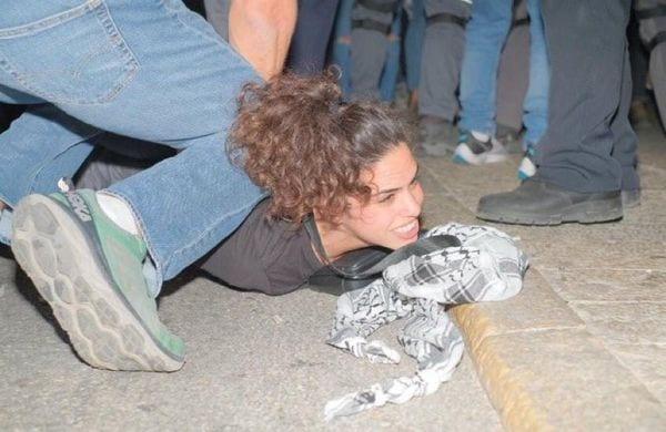 Prisão de uma mulher palestina que protestava em solidariedade com Jerusalém e a Mesquita Al-Aqsa nos territórios palestinos [Redes Sociais]