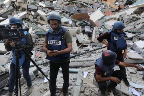 Destroços de um edifício com escritórios de imprensa e residências civis destruído por bombardeios israelenses contra a Faixa de Gaza [Mohammed Asad/Monitor do Oriente Médio]