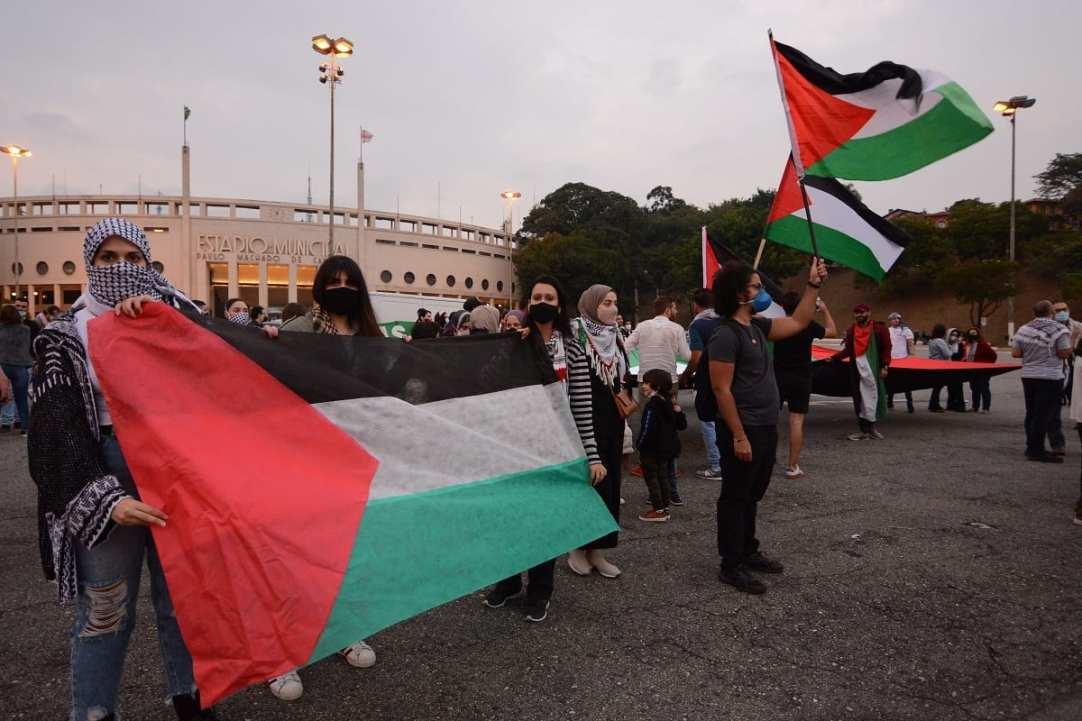 Ato em frente ao estádio do Pacaembu ao final da carreata pelo fim do massacre palestino, em São Paulo, 15 de maio de 2021 [Lina Bakr/ Monitor do Oriente Médio]