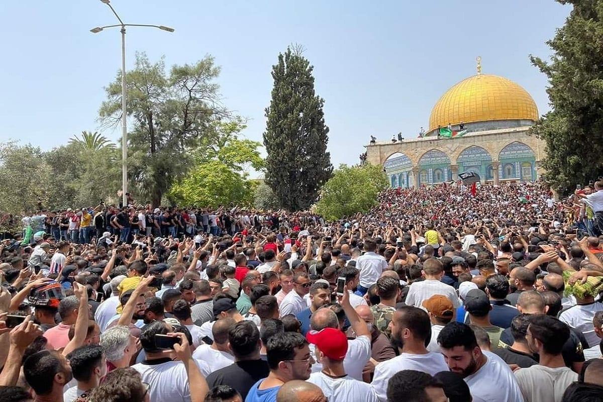 Palestinos comemoram cessar-fogo na Faixa de Gaza, no complexo da Mesquita de Al-Aqsa, em Jerusalém ocupada, 21 de maio de 2021 [Redes sociais]