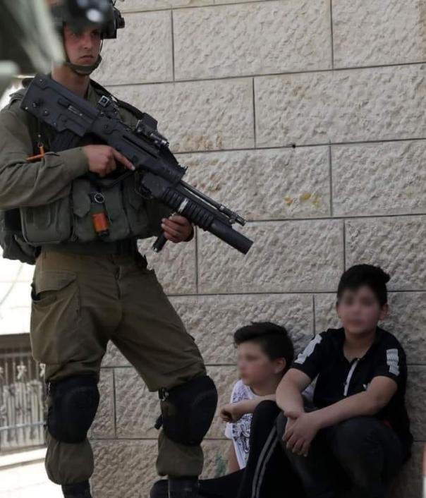 Soldados de IsrSoldado de Israel rende crianças palestinas em Aqraba, perto de Nablus, Cisjordânia ocupada, 04/05/2021 [Divulgação]ael detêm residente de Aqraba, perto de Nablus, Cisjordânia ocupada. 04/05/2021 [Divulgação]
