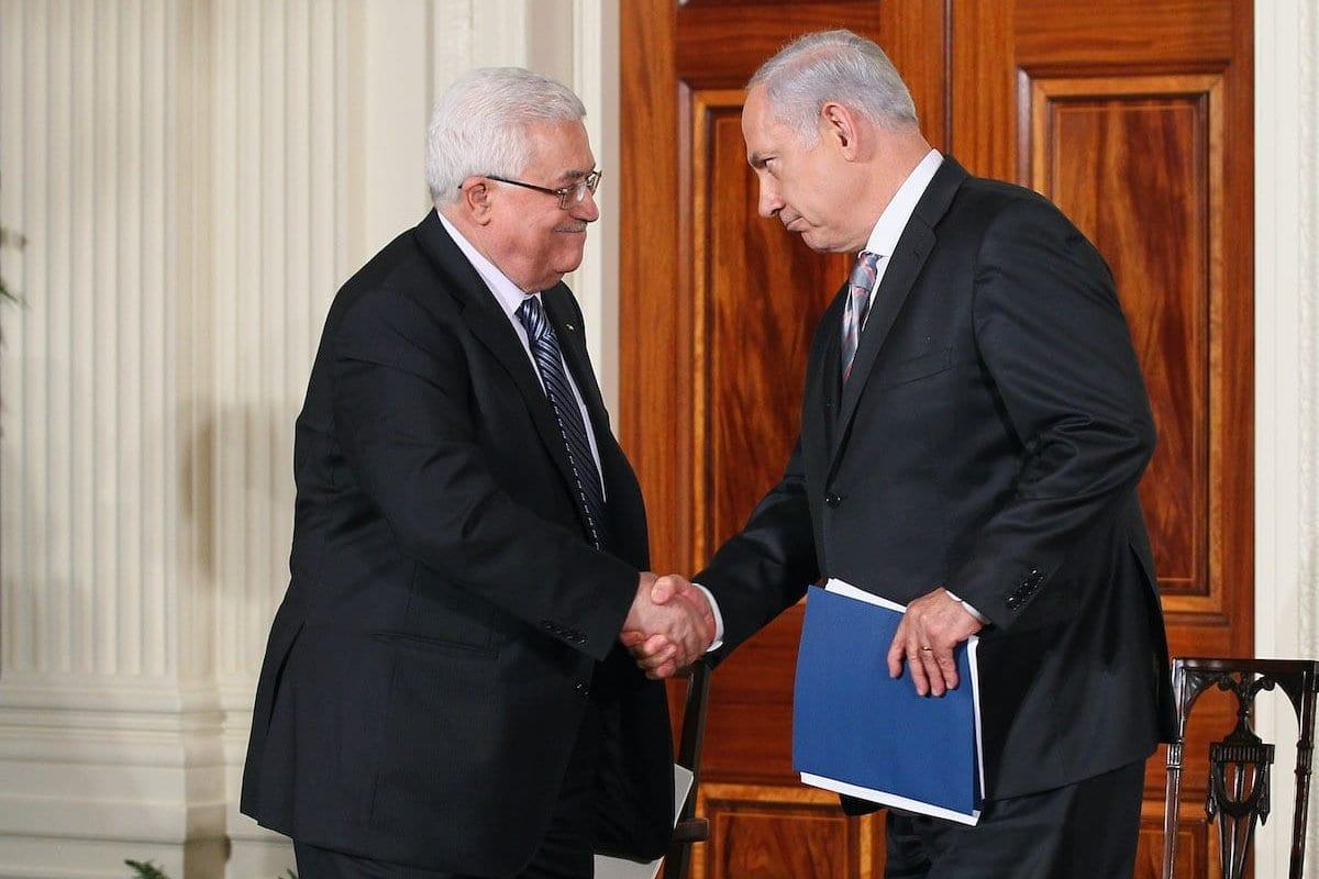 O presidente da Autoridade Palestina, Mahmoud Abbas (esq), cumprimenta o primeiro-ministro israelense Benjamin Netanyahu (dir) durante uma declaração na Sala Leste na Casa Branca no primeiro dia das negociações de paz no Oriente Médio em 1º de setembro de 2010 em Washington, DC [ Alex Wong / Getty Images]