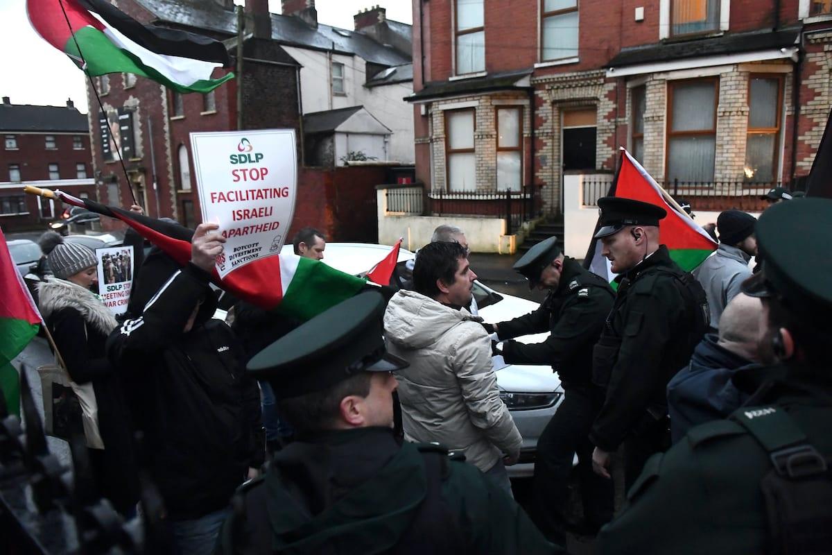 Manifestantes exibem bandeiras palestinas em protesto contra o apartheid israelense em Belfast, Irlanda do Norte, 5 de fevereiro de 2019 [Clodagh Kilcoyne/Getty Images]