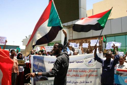 Sudanês agitam bandeiras nacionais em 27 de maio de 2019 [Ebrahim Hamid/ AFP/ Getty]