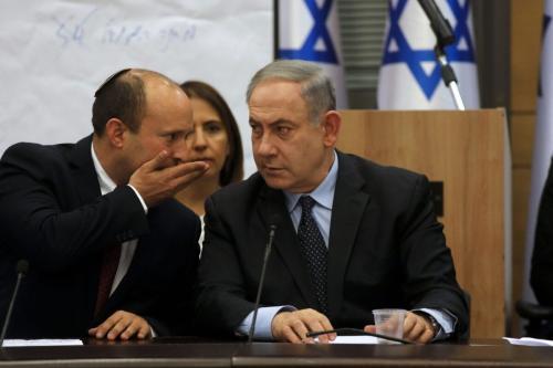 Chefe do Partido Yamina, Naftali Bennett (esq.), e o primeiro-ministro, Benjamin Netanyahu (dir.), em 4 de março de 2020 [Menahem Kahana/AFP via Getty Images]