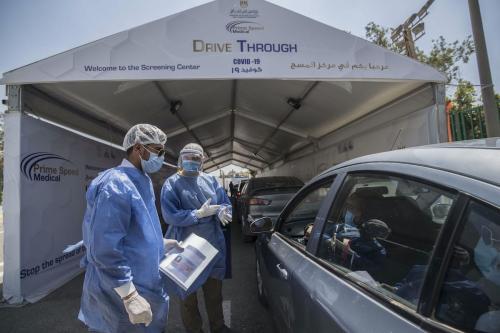 Egípcios são testados para Covid-19 em um centro de testes de coronavírus drive-through no Cairo, Egito, em 29 de junho de 2020 [Khaled Desouki/ AFP / Getty Images]