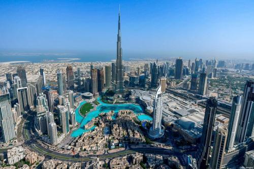 Esta foto, tirada em 8 de julho de 2020, mostra uma vista aérea do arranha-céu Burj Khalifa, a estrutura e o edifício mais altos do mundo, no emirado do Golfo de Dubai, durante um passeio de helicóptero organizado pelo governo [Karim Sahib/AFP via Getty Images]