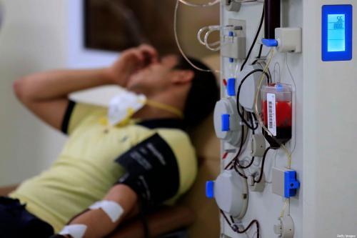 Um homem egípcio que se recuperou da covid-19 no Cairo, em 22 de julho de 2020 [Haled Desouki/AFP via Getty Images]