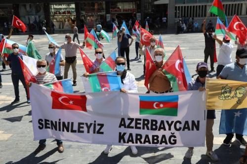 Ativistas seguram bandeiras da Turquia e do Azerbaijão enquanto se reúnem em Ancara, em 8 de agosto de 2020 [Adem Altam/AFP via Getty Images]