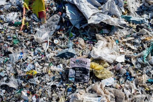 Uma foto tirada em 29 de novembro de 2020 mostra lixo em um lixão ilegal à beira de uma estrada na província de Adana, no sul da Turquia [Yasin Akgul/AFP via Getty Images]