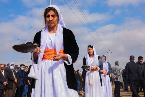 Mulheres iazidis em procissão funeral para vítimas do grupo terrorista Estado Islâmico (Daesh), na aldeia de Kojo, distrito de Sinjar, norte do Iraque, 6 de fevereiro de 2021 [Zaid al-Obeidi/AFP via Getty Images]