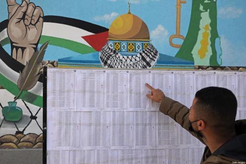 Um palestino procura seu nome nos cadernos eleitorais em Cidade de Gaza em 3 de março de 2021, antes das eleições palestinas [Mohammed Abed/ AFP / Getty Images]