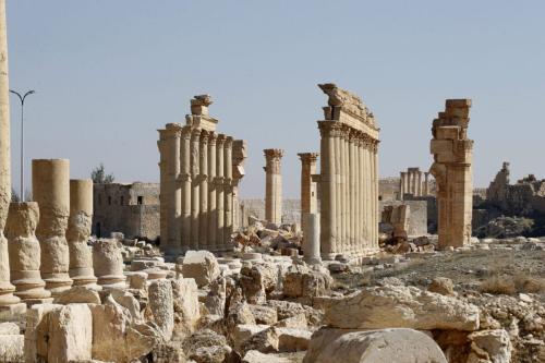 Ruínas do Arco do Triunfo e colunas nos arredores na antiga cidade romana de Palmira, na Síria, em 7 de fevereiro de 2021 [Louai Beshara/AFP via Getty Images]