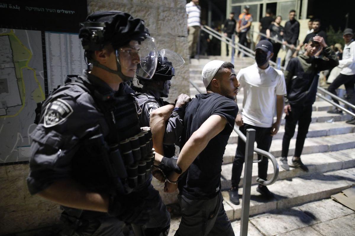Forças israelenses prendem um manifestante palestino em frente ao Portão de Damasco, na Cidade Velha de Jerusalém ocupada, 29 de abril de 2021 [Ahmad Gharabli/AFP via Getty Images]