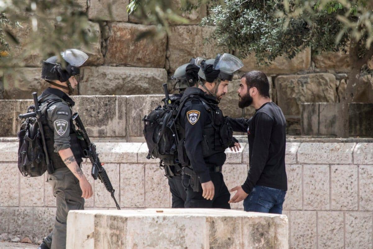 A polícia israelense prende um manifestante palestino na Mesquita de Al-Aqsa durante o 'Dia de Jerusalém', em Israel em 10 de maio de 2021 em Jerusalém, Israel [Laurent Van Der Stockt/Getty Images]