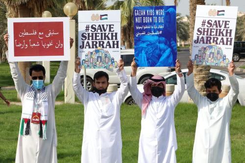 Kuwaitianos seguram cartazes durante um protesto em solidariedade ao povo palestino na Cidade do Kuwait em 11 de maio de 2021. [YASSER AL-ZAYYAT / AFP via Getty Images]