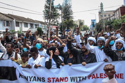 Manifestantes marcham em protesto contra os bombardeios israelenses em Gaza, na cidade de Nairóbi, Quênia, 13 de maio de 2021 [AFP via Getty Images]
