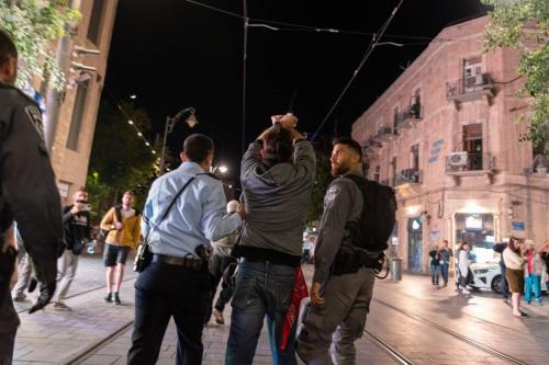 Policiais prendem um manifestante durante protesto organizado pelo movimento Standing Together, aliança árabe-judaica que exige o fim dos ataques contra Gaza, em Jerusalém, 15 de maio de 2021 [Daniel Rolider/Getty Images]