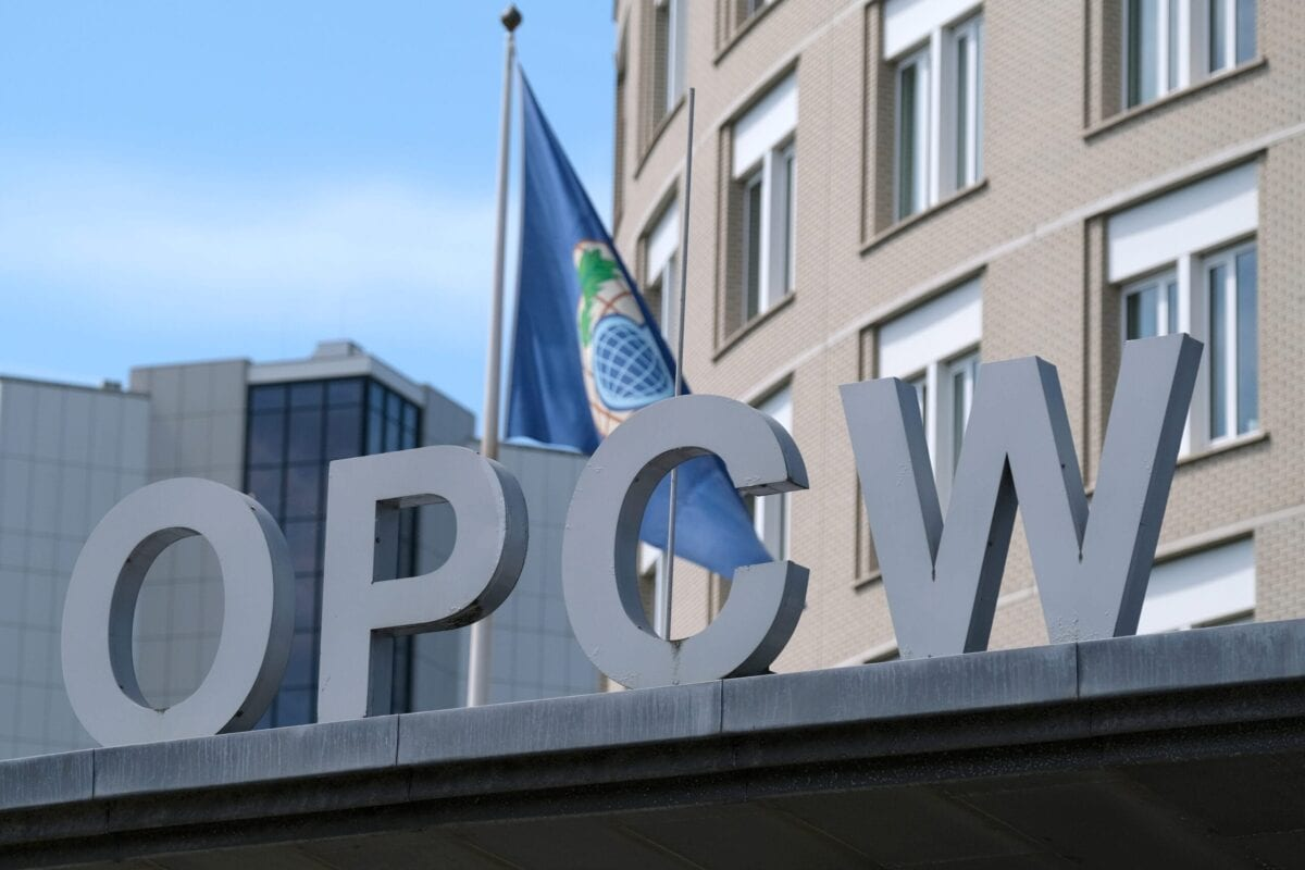O logotipo da Organização para a Proibição de Armas Químicas (OPCW, na sigla em inglês) no prédio da sede, em 24 de junho de 2020, em Haia, Holanda [Yuriko Nakao/Getty Images]
