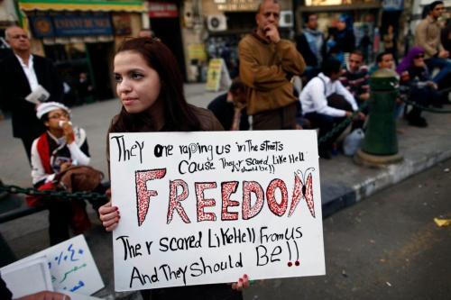 Cidadã egípcia exibe cartaz durante protesto do Dia Internacional da Mulher no Cairo, Egito, 8 de março de 2013 [Mahmud Khaled/AFP via Getty Images]