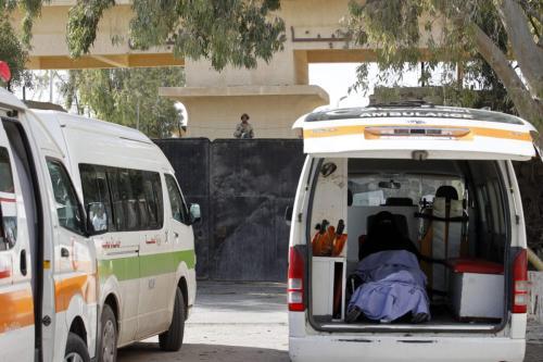 Ambulâncias estacionadas em frente à travessia de Rafah, entre Egito e Faixa de Gaza [Said Khatib/AFP via Getty Images]