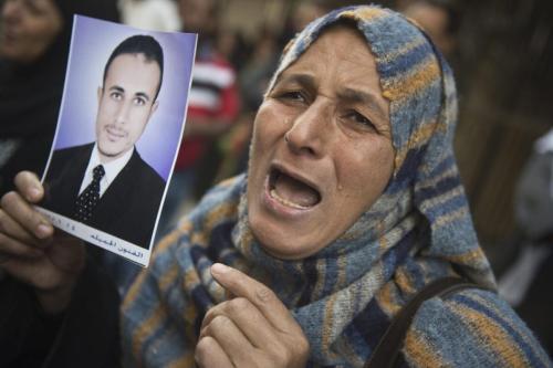 Cidadã egípcia exibe o retrato de um parente, vítima do regime militar de Abdel Fattah el-Sisi, na cidade de Minya, Egito, 28 de abril de 2014 [Khaled Desouki/AFP via Getty Images]