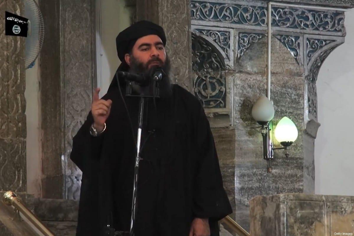Imagem capturada de um vídeo de propaganda divulgado pela al-Furqan Media supostamente mostrando o líder do Daesh de Abu Bakr al-Baghdadi, em uma mesquita na cidade de Mosul. Em 5 de julho de 2014.[AFP via Getty Images]