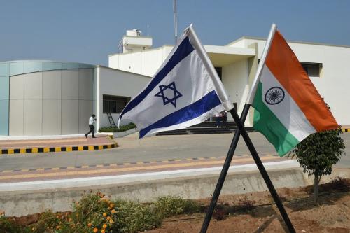 Bandeiras de Israel e Índia no Centro de Excelência de Vegetais da aldeia de Vadrad, cerca de 70 km de Ahmedabad, 12 de janeiro de 2018 [Sam Panthaky/AFP via Getty Images]