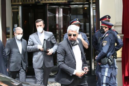 O governador do Irã junto à Agência Internacional de Energia Atômica (AIEA), Kazem Gharib Abadi (2º à esq.), deixa o Grand Hotel no dia das negociações nucleares em andamento entre o Irã e as principais potências mundiais na capital austríaca, Viena, em 7 de maio de 2021 [Aşkın Kıyağan/Agência Anadolu]