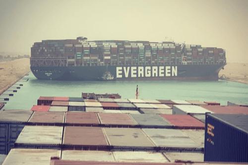 Navio da empresa taiwanesa Evergreen Group encalha no Canal de Suez, Egito, 23 de março de 2021 [Julliane Cona/Instagram]