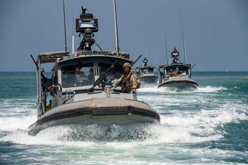Barcos de patrulha tática da Marinha dos EUA no Camp Lemonnier, Djibouti, ao fazer a segurança ao petroleiro de reabastecimento da frota do Comando de Transporte Marítimo Militar USNS Tippecanoe na saída do Porto de Djibouti.[Picryl]