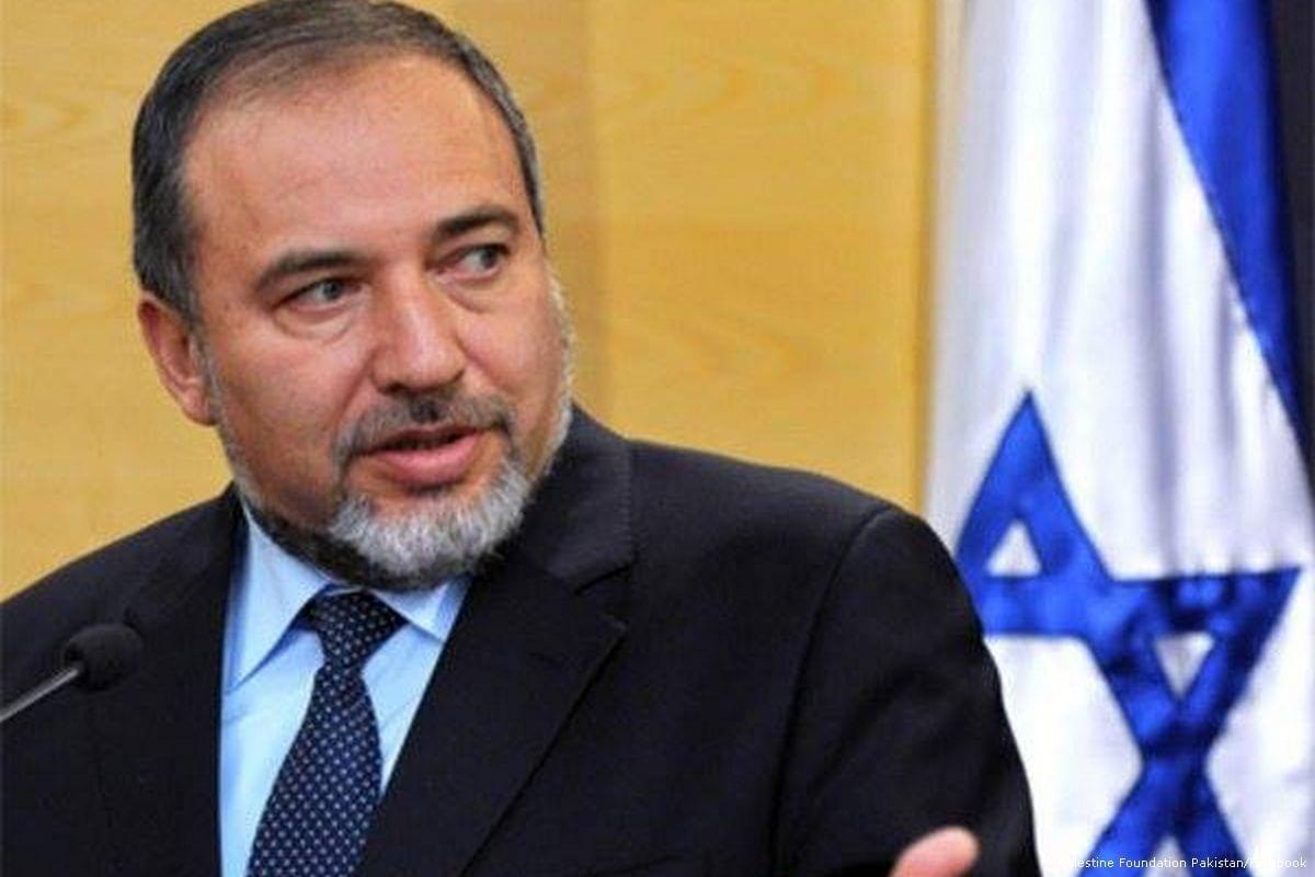 Então Ministro da Defesa de Israel Avigdor Lieberman, em 21 de abril de 2016 [Palestine Foundation Pakistan/Facebook]