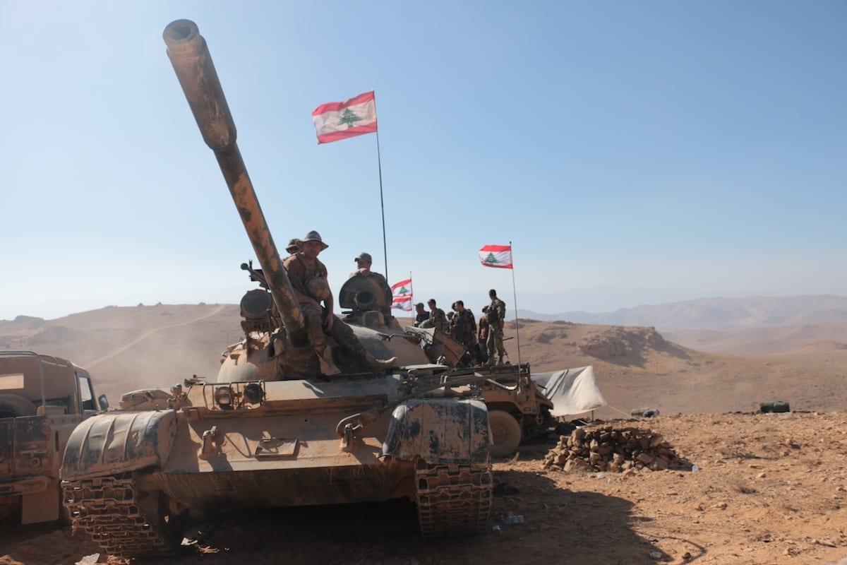 Soldados libaneses montam guarda na fronteira Líbano-Síria, em 28 de agosto de 2017 [Muhammed Ali Akman/Agência Anadolu]