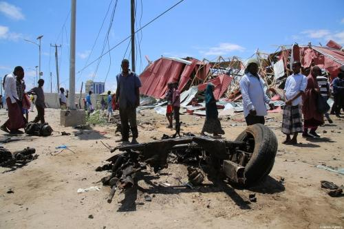 Destroços de um veículo em Mogadishu, capital da Somália, após combatentes do al-Shabaab, grupo filiado à al-Qaeda, invadirem uma base militar dos Estados Unidos, em 30 de setembro de 2019 [Sadak Mohamed/Agência Anadolu]