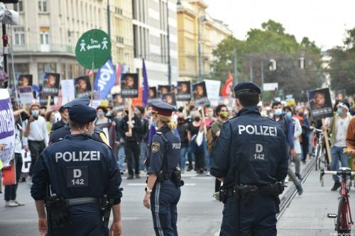 Polícia reprime protesto em solidariedade aos refugiados, na praça Heldenplatz, em Viena, Áustria, 3 de outubro de 2020 [Askın Kıyagan/Agência Anadolu]