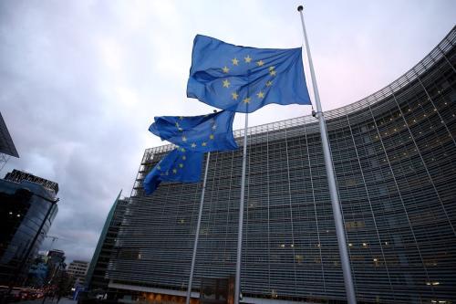Bandeiras da UE a meio mastro fora da sede da Comissão Europeia em Bruxelas, Bélgica em 4 de dezembro de 2020 [Dursun Agência Aydemir/ Anadolu]