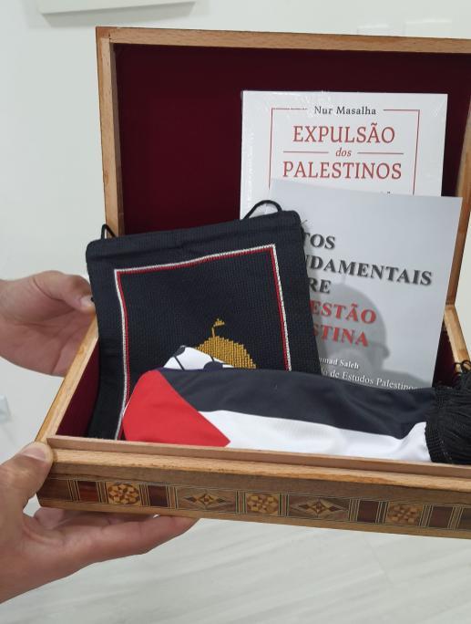 Caixa com publicações e kuffya palestina entregues ao senador Pedro Simon. Em 22 de junho de 2021 [Hani Aldrsani/ Monitor do Oriente Médio]