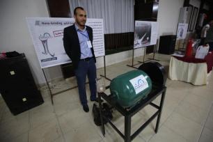 Palestinos em Gaza exibem criações inovadoras que ajudarão a melhorar suas vidas sob cerco e superar a limitação dos fechamentos impostos a eles pela ocupação [Mohammed Asad/Monitor do Oriente Médio]