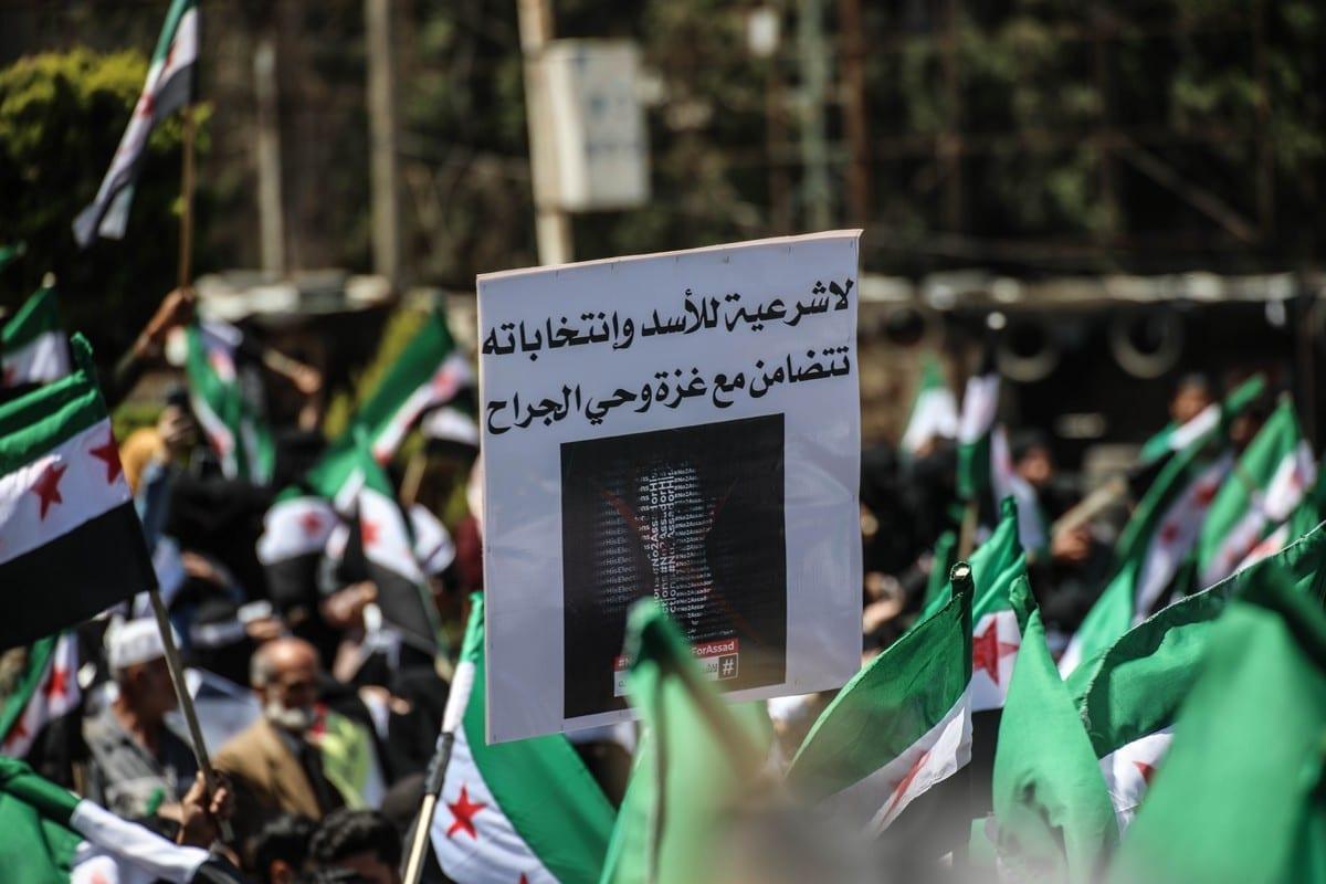 Sírios se manifestam na cidade de Idlib contra o início das eleições presidenciais em áreas controladas pelo Regime Assad, Síria, em 26 de maio de 2021 [Izzeddin Idilbi / Agência Anadolu]