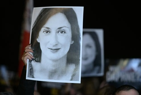 Manifestantes exibem fotos da jornalista assassinada Daphne Caruana Galizia, em Valletta, Malta, 20 de novembro de 2019 [Matthew Mirabelli/AFP via Getty Images]