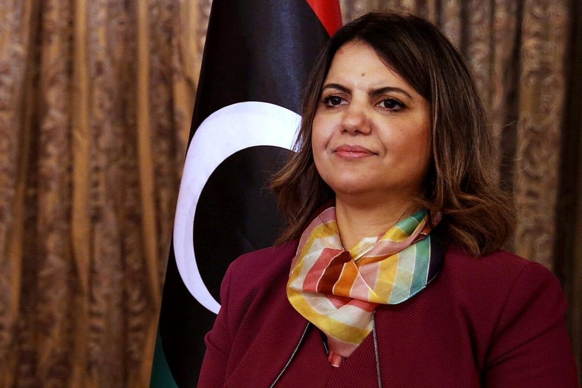 Ministra das Relações Exteriores do Governo de Unidade Nacional (GNU) da Líbia, Najla Mangoush, posa para uma foto na capital Trípoli, em 17 de março de 2021 [MAHMUD TURKIA/AFP via Getty Images]